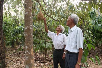 Già Cao Văn Nhiến (bên phải) trong lần đến thăm già làng Cao Sa Nhân