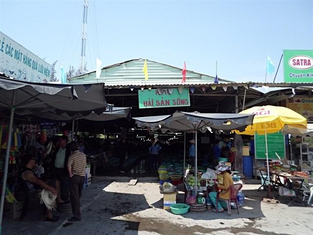 Ăn uống ở khu vực chợ Hàng Dương.