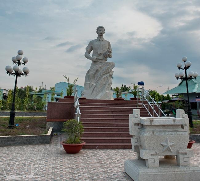 Tượng đài anh hùng Nguyễn Thái Bình đặt tại ấp Trị Yên, xã Tân Kim, là địa điểm tưởng nhớ một tri thức trẻ, một nhân vật tích cực trong phong trào phản chiến của người Việt ngay trên đất Mỹ.