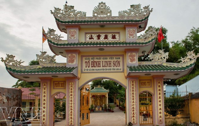 Di tích lịch sử Tổ Đình Linh Sơn là một trong những địa điểm khảo cổ học quan trọng ở Cần Giuộc.