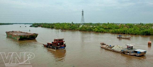Sông Cần Giuộc luôn tấp nập thuyền ghe qua lại, là nơi cung cấp nước cho những ruộng lúa ở Cần Giuộc.
