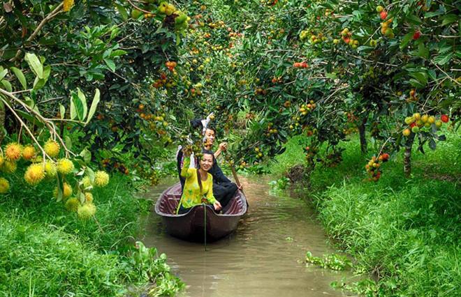 Du khách bắt cá trong khu du lịch Miệt Vườn ở Phong Điền.