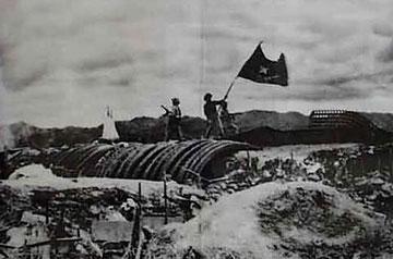 Cờ chiến thắng Việt Nam tung bay trên nóc Hầm chỉ huy tướng De Castries