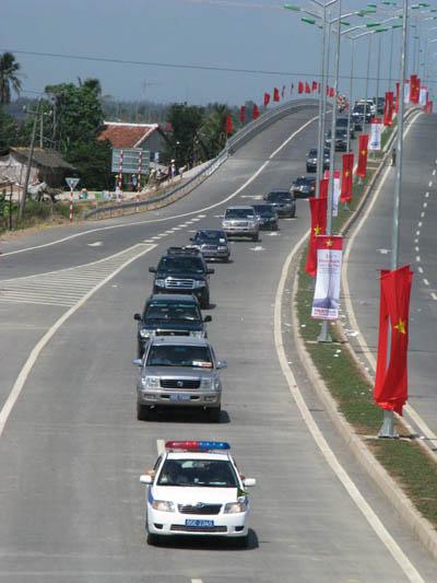 Đoàn xe của Thủ tướng Nguyễn Tấn Dũng đi qua, chính thức thông xe cây cầu lịch sử-Cầu cần thơ