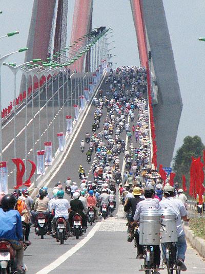 Hàng ngàn người dân lũ lượt qua cầu-cầu cần thơ