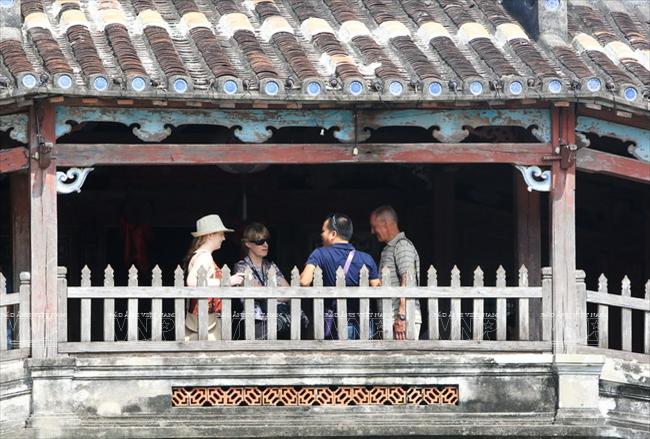 Du khách nước ngoài thăm quan chùa Cầu.