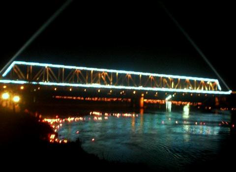 Cầu Hàm Rồng lung linh khi đêm xuống