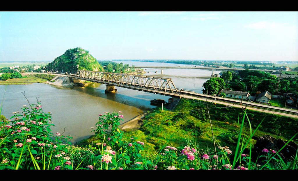 Từ tháng 12/2000, sau khi cầu Hoàng Long khánh thành, cầu Hàm Rồng chỉ dành cho đường sắt.