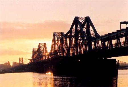 Cầu Long Biên chiều tà