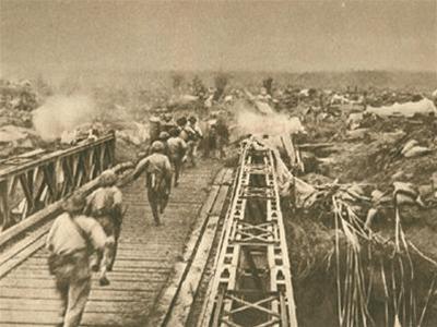 Quân ta vượt cầu Mường Thanh tiến vào trung tâm Điện Biên Phủ.