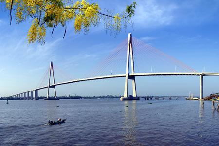 Cầu Rạch Liễu bắc ngang sông
