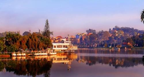 Quang cảnh Hồ Xuân Hương, nơi tụ tập các khu ăn uống nổi tiếng của Đà Lạt
