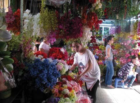 Cô tiểu thương hàng hoa giả vừa xinh đẹp vừa hợp mốt