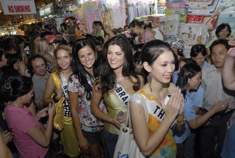 Những bông hoa của cuộc thi Miss Universe 2008 làm rộn ràng thêm không khí của chợ Bến Thành