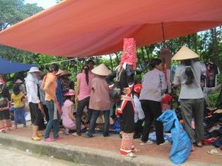Mặt hàng hạ giá thu hút người dân trong phiên chợ