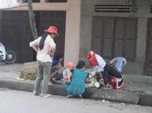 Hình ảnh bác người Dao bên gánh măng và trái cây rất thân quen với người Bình Liêu trong phiên chợ