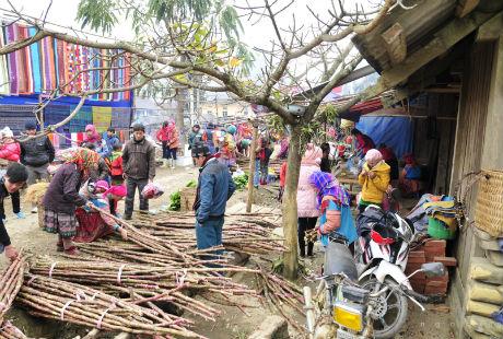 Chợ họp vào thứ tư. Người dân từ các thôn bản Ngải Phóng Chồ, La Pán Tẩn và những nơi khác đến chơi chợ chật kín cả lòng đường.