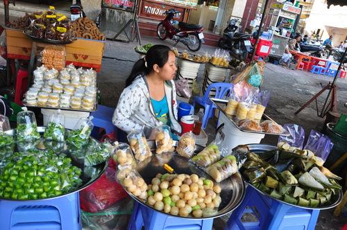 Các món bánh trong chợ cũng đặc biệt hấp dẫn. Ảnh: Lam Linh