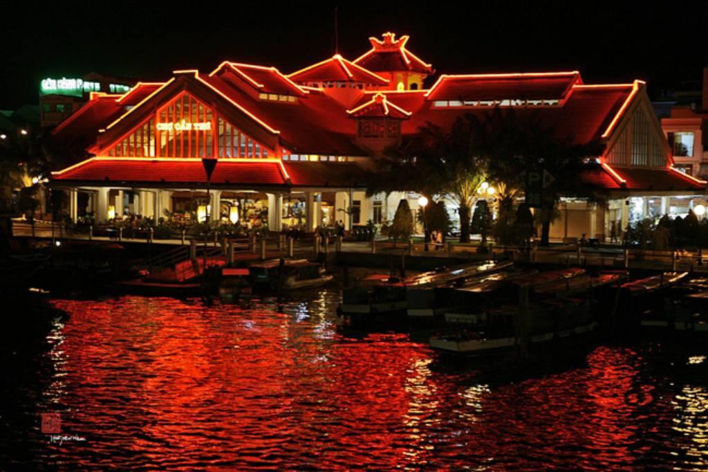 Chợ đêm rực rỡ ánh đèn
