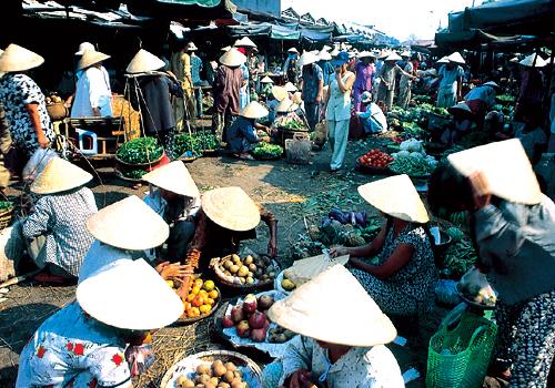 Hàng rau quả đông đúc người mua bán