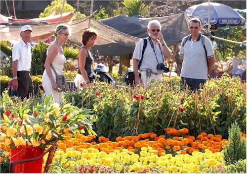 Du khách đến thăm quan chợ hoa Đà Lạt
