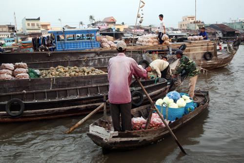 Cảnh mua bán tấp nập trên sông