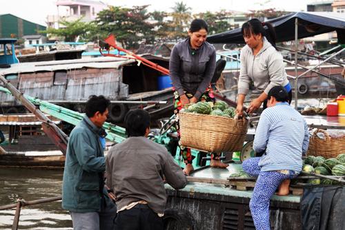 Nông sản miền Tây Nam Bộ Giờ này cũng là lúc chợ nổi sôi động nhất, cả khu chợ như phình to ra, lấn gần hết cả lòng sông