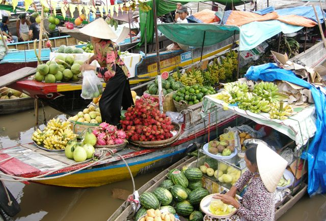 Chợ Ngã Bảy là chợ đầu mối với đủ loại hàng hóa, nông sản, vừa bán sỉ, vừa bán lẻ