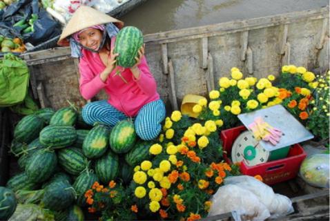 Việc mua bán diễn ra rộn ràng với nhiều màu sắc của trái cây, rau trái và các đồ dùng sinh hoạt miền sông nước
