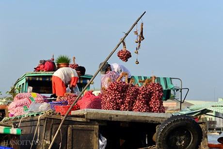Các tàu thuyền thường treo loại mặt hàng mình bán trên 1 cây sào cao gọi là cây Bẹo