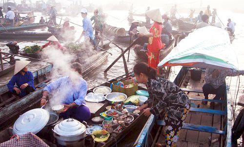 Trên những chiếc xuồng nhỏ, bán đủ loại như hủ tiếu, bún bò, bánh canh, phở, cà phê, nước ngọt...