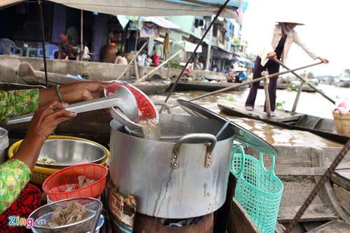 Đồ ăn, thức uống cũng được bày bán tại chợ