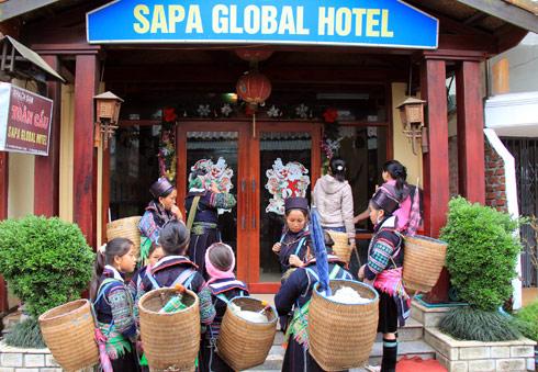 Dịp nghỉ lễ, lượng khách đổ về Sapa khá lớn khiến giá phòng tăng. Nhiều phòng nghỉ ngày thường chỉ 300.000 đồng nay tăng lên đến hơn một triệu.