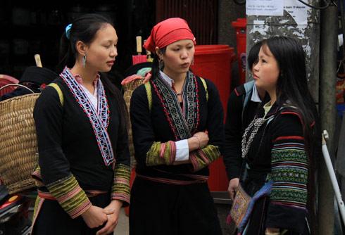 Phiên chợ không chỉ là cơ hội cho những người đi bán hàng kiếm tiền mà còn là dịp để các thiếu nữ đến từ nhiều bản khác nhau giao lưu văn hóa và chia sẻ kinh nghiệm sống của riêng mình.