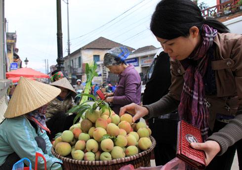 Tiết trời sáng sớm ở Sapa khá dễ chịu. Không riêng chị em thích thú mua trái đào (một loại quả được xem là đặc sản ở Sapa)...