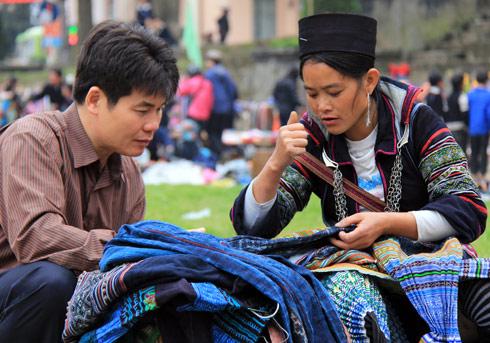 ...cánh mày râu cũng háo hức xuống chợ để mua những giò lan hay những bộ quần áo do người dân tộc tự sản xuất.