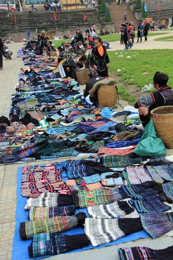 Những chiếc váy chỉ có giá vài chục nghìn đồng được đưa xuống chợ bán