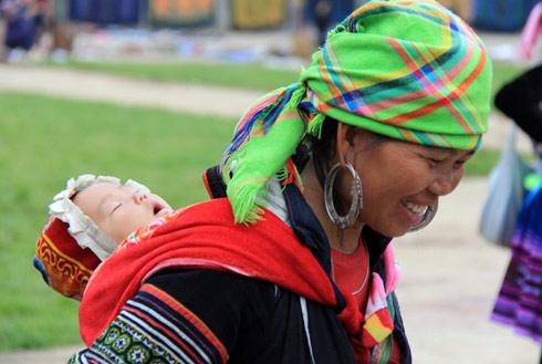 Mới sáng sớm, khi sương vẫn còn đọng lại trên những thảm cỏ, nhiều trẻ còn chưa tỉnh giấc, các bà mẹ người dân tộc đã địu con xuống chợ để tranh thủ bán hàng.