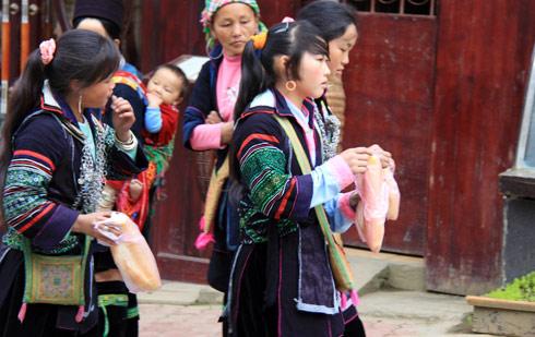 Muốn tham gia phiên chợ cuối tuần, các thiếu nữ dậy khá sớm và đi bộ cả chục cây số. Họ tranh thủ mua những chiếc bánh mỳ để lót dạ.