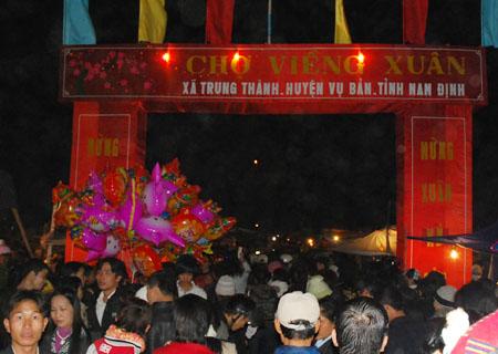 Mới chập tối mùng 7 dòng người kéo từ Hà Nội và các tỉnh lân cận đã ken cứng chợ Viêng