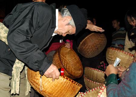 Mua Thúng hy vọng năm mới thóc, gạo đầy thúng trong nhà.