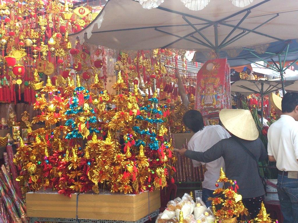 """Mua """"Cây cành vàng lá ngọc"""" để lễ chùa"""