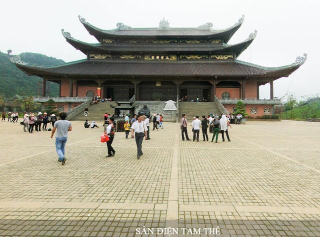 Trước chùa Tam thế tượng (hay còn gọi nôm na là chùa Thượng - chùa cao nhất trong khu chùa Bái Đính mới.