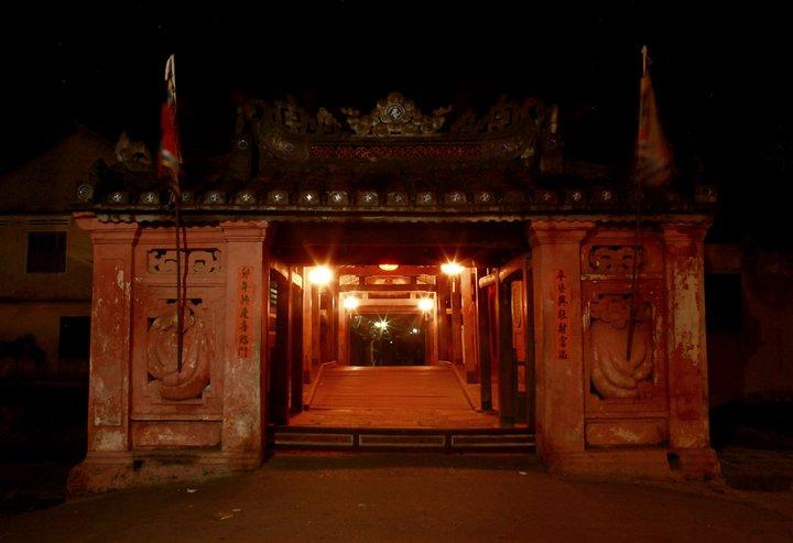 Cổng vào Chùa Cầu lấp lánh trong ánh đèn