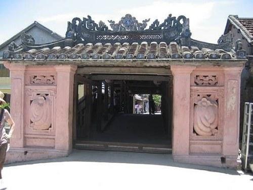 Cổng vào chùa Cầu