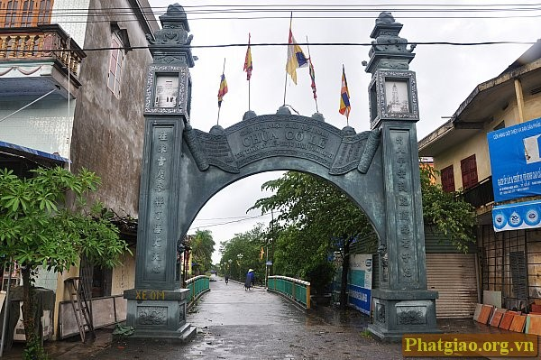 Cổng vào chùa Cổ Lễ nhìn từ đường quốc lộ