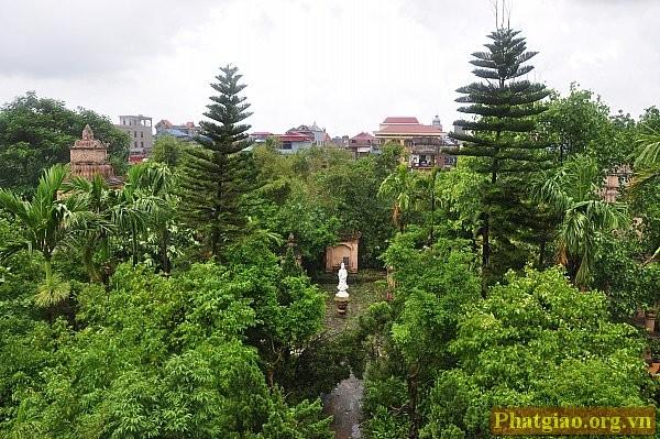 Tôn tượng Quán Thế Âm Bồ Tát nơi vườn Tháp nhìn từ gác mái tháp chuông
