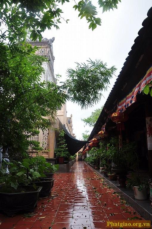 """""""Hành lang La Hán"""" dẫn lối ra khuôn viên phía sau của chùa Cổ Lễ (nhà chùa không đặt tôn tượng 18 Vị La Hán, mà mỗi bên hành lang treo 9 bức tranh từng Vị La Hán)"""
