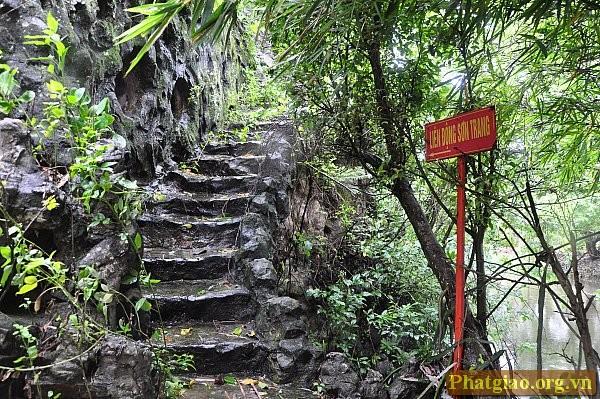 """Qua một bên """"đường hầm nhỏ"""", ngay trước tầm mắt là lối lên Động Sơn Trang"""