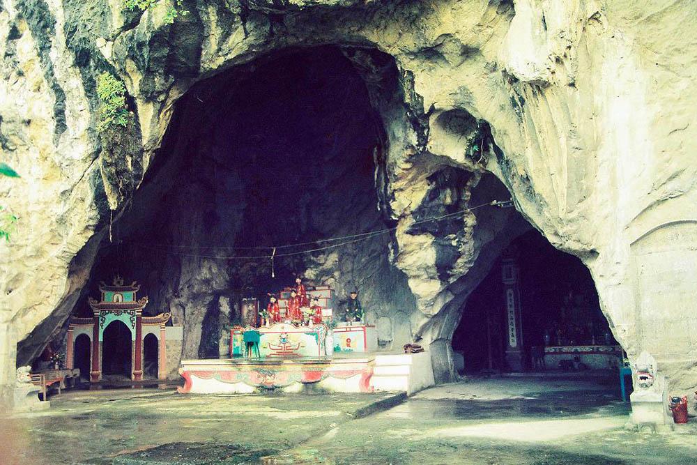 Chùa nằm trong hang Kính Chủ